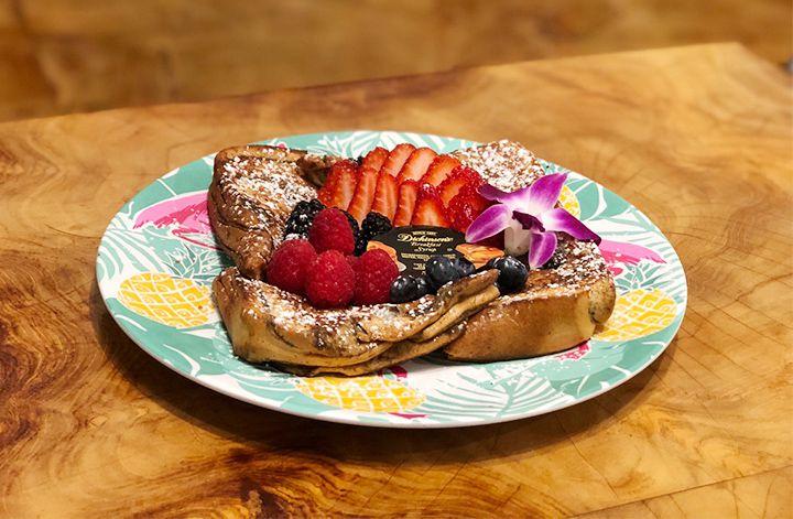 色鮮やかな4種のベリーがたっぷりのったやさしい味わいのフレンチトースト