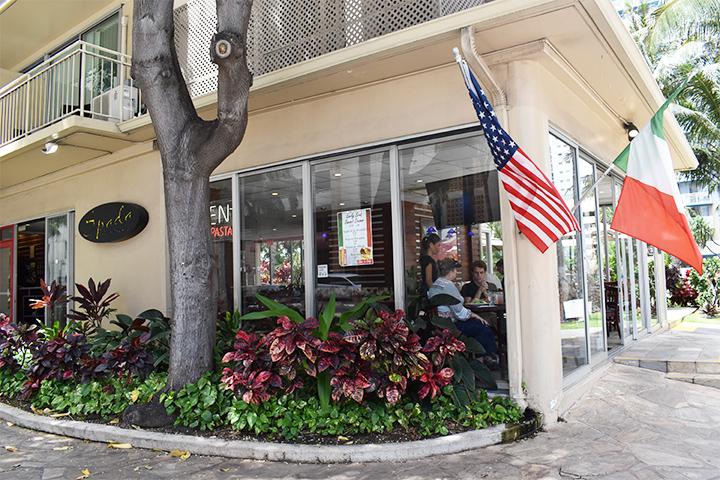 お店の外に掲げられたアメリカとイタリアの国旗が目印