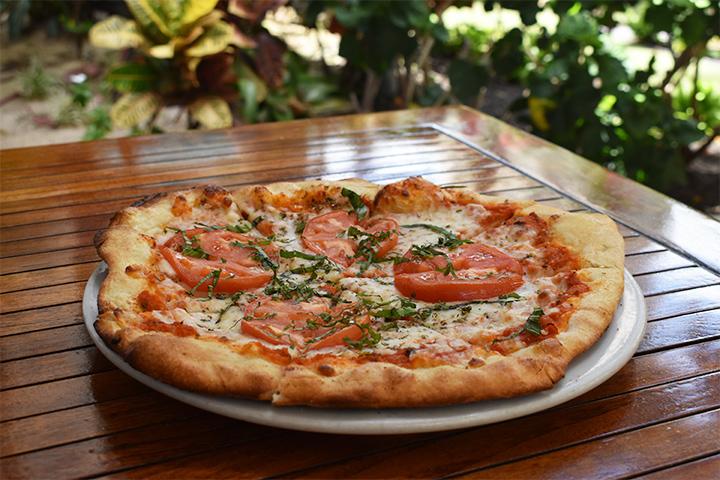 パリッと薄めのクラストにオーガニックのフレッシュトマトがたっぷりのった釜焼きピザ
