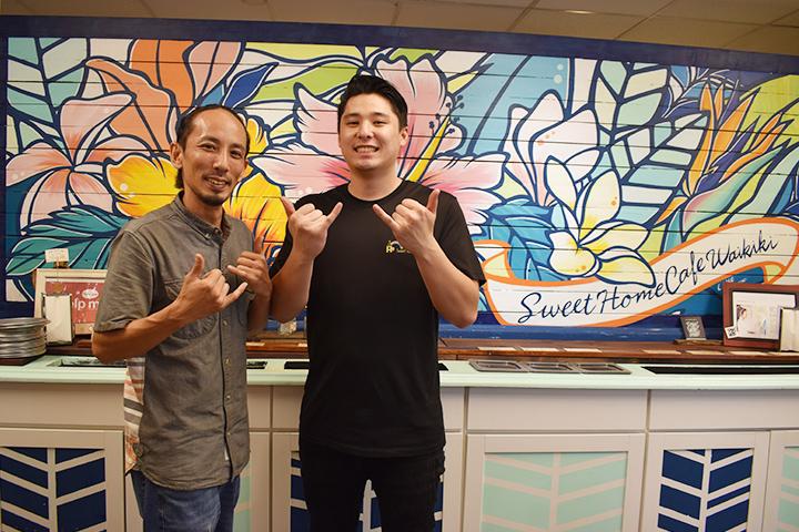 店内の壁画を背景に素敵な男性店員2名