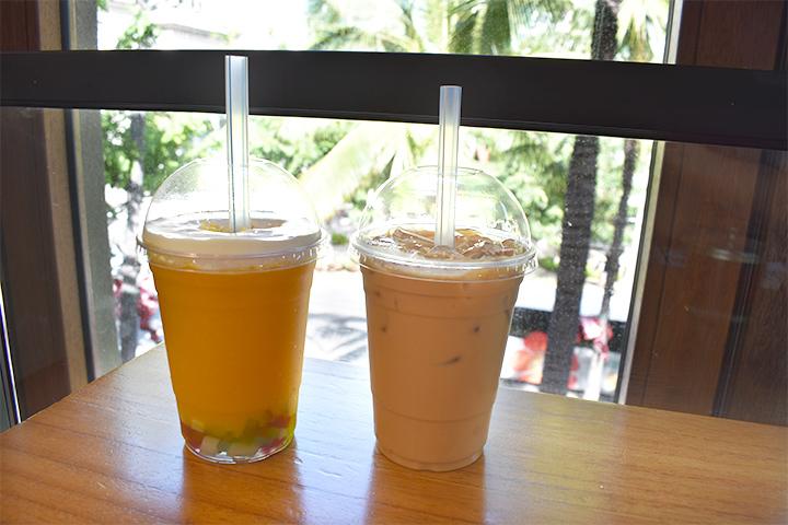 左:レインボーマンゴースラッシュ 右:香港アイスミルクティー