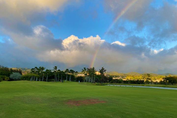 虹のかかったゴルフ場