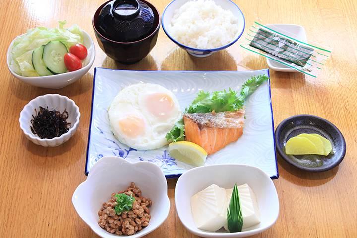 焼き魚と目玉焼き定食