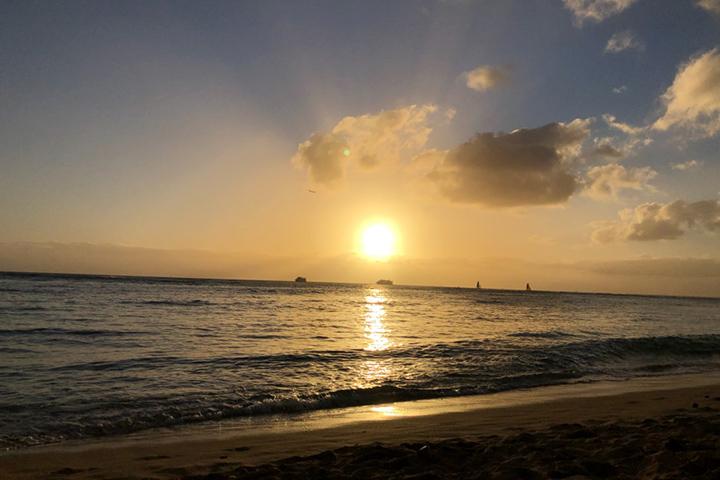 夕日の映る夕方のビーチ