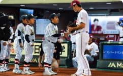 スターティングファミリーで選手と触れ合う様子の写真