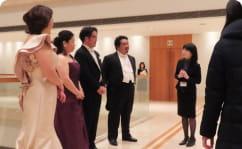 抽選会当選者と歌手の対談の写真